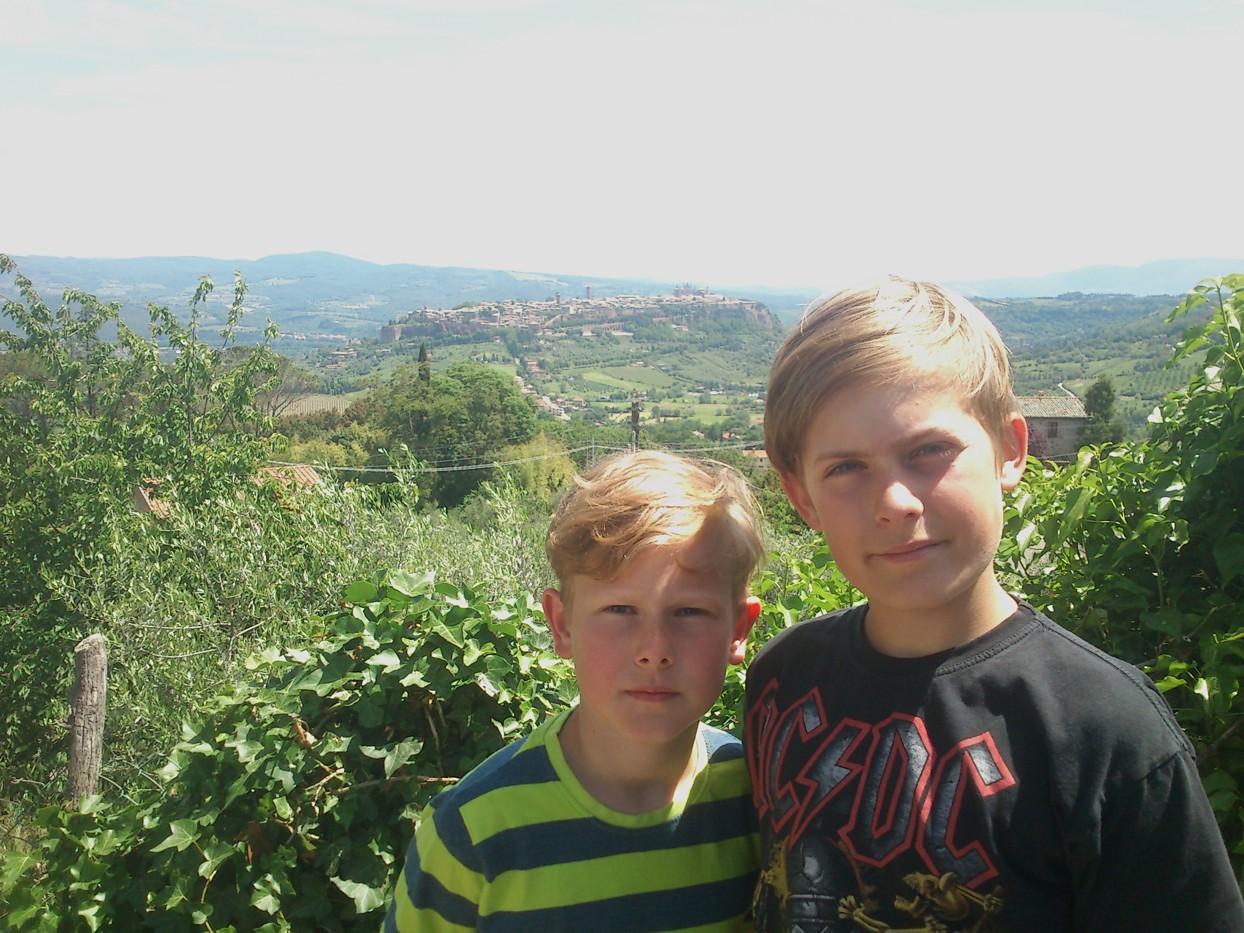 To søde drenge bag Panini con Porchetta vognen (fotograferet af Martin)