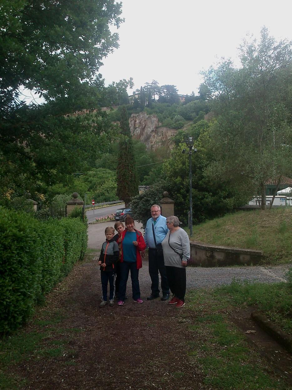 Ved indgangen til Necropoli del Crocifisso del Tufo. (fotograferet af Martin)