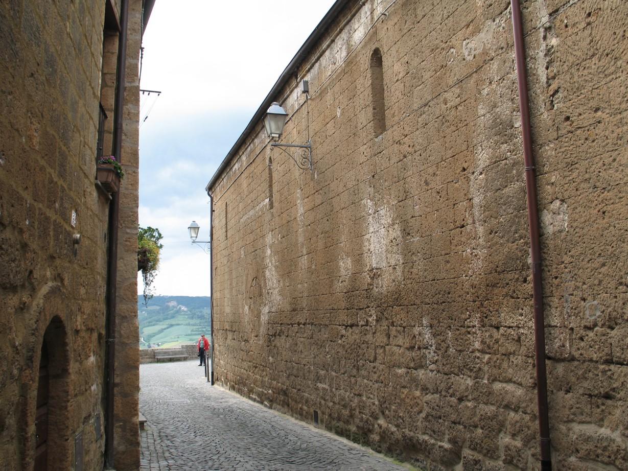 La chiesa di San Giovenale til højre