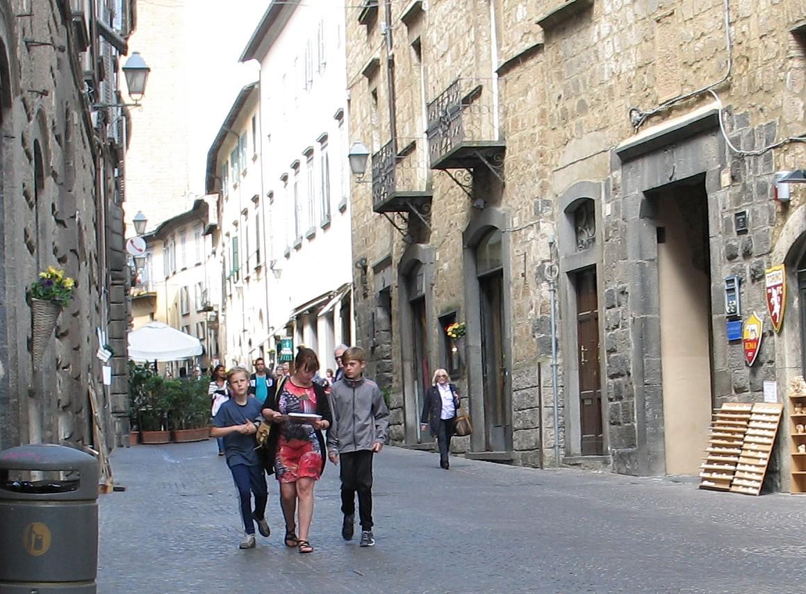 På hovedgaden Corso Cavour. Linda tilfreds efter sit indkøb og drengene utålmodige efter at få brugt penge.