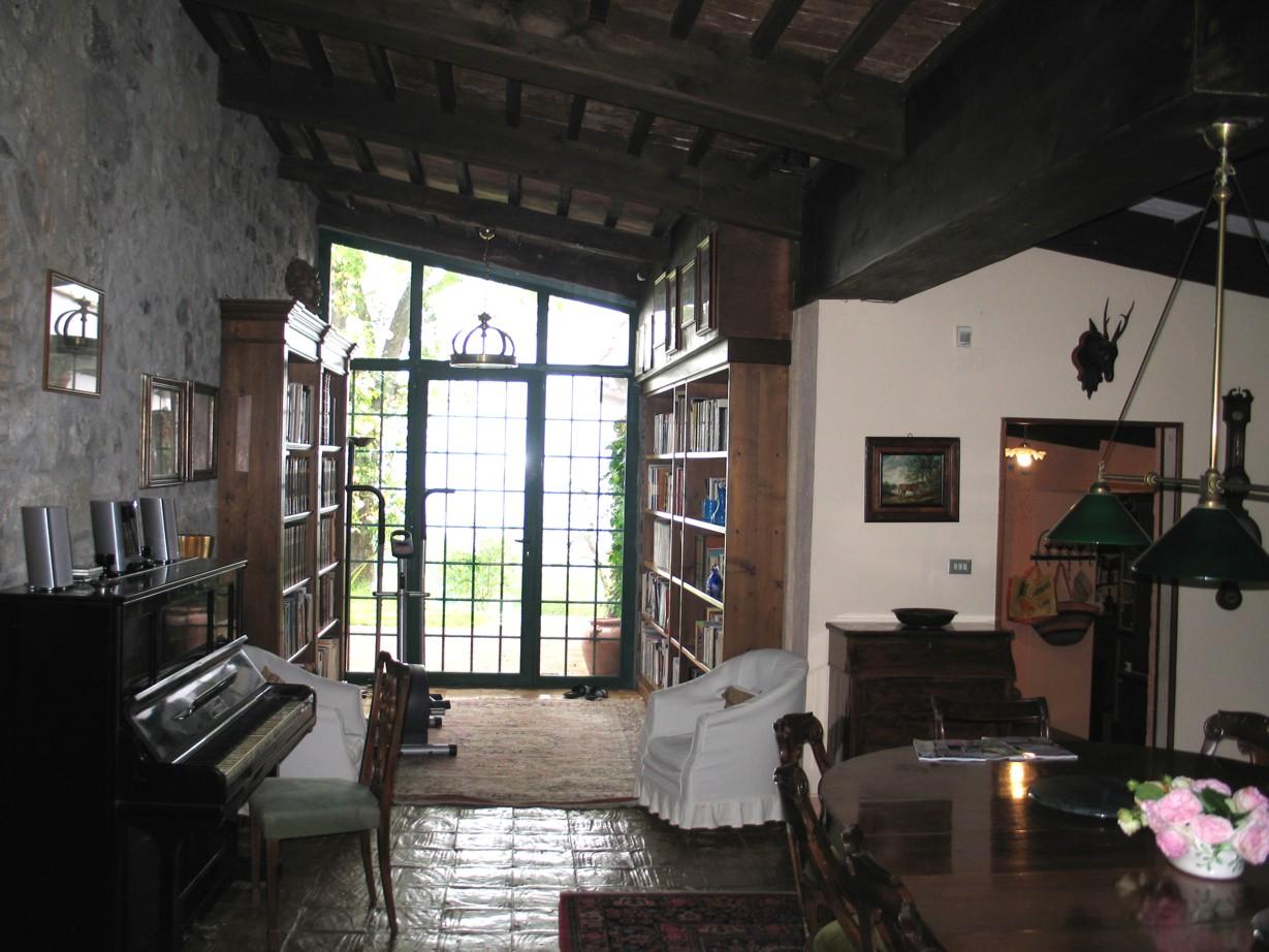 Fra indgang mod udgang til terrasse. Sipsestue til højre.