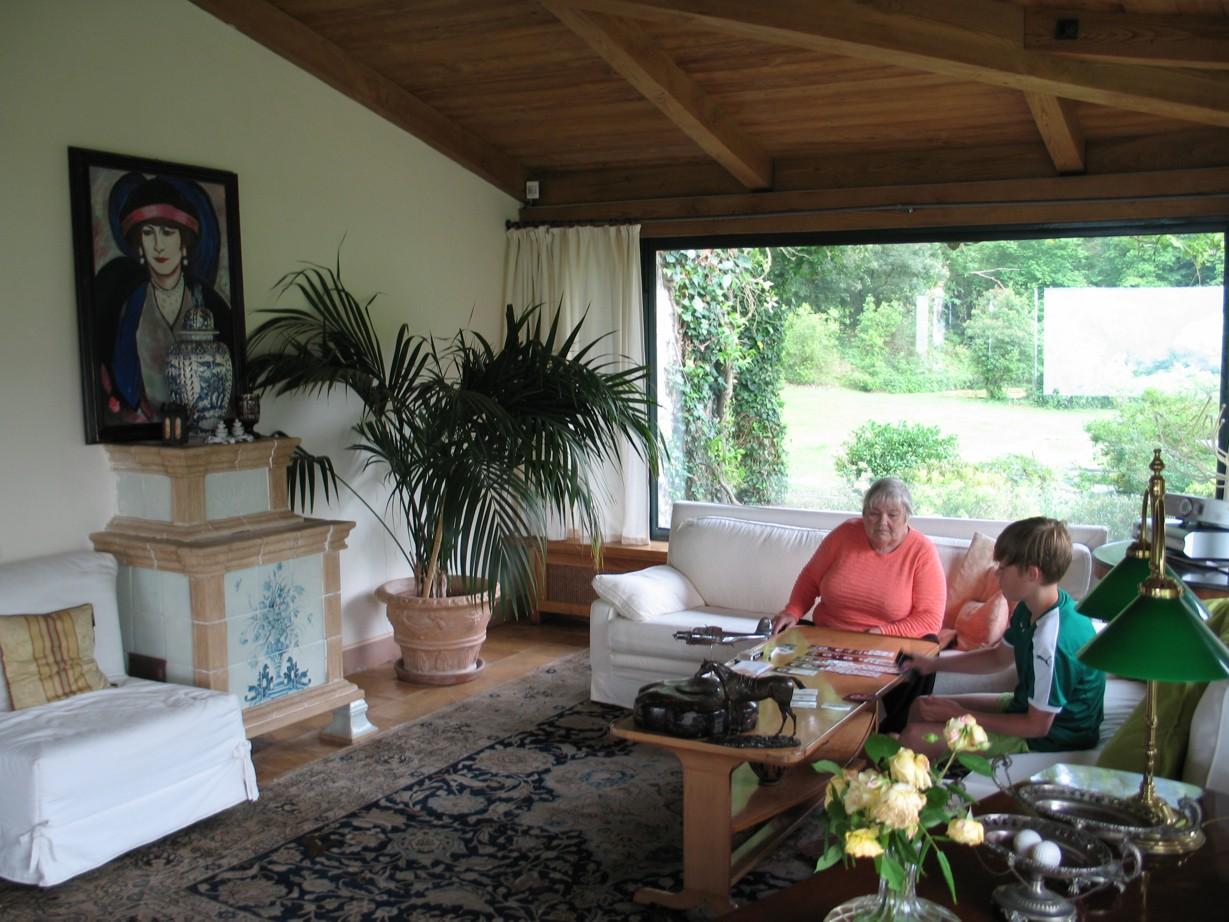 Mormor og Simon spiller kort.