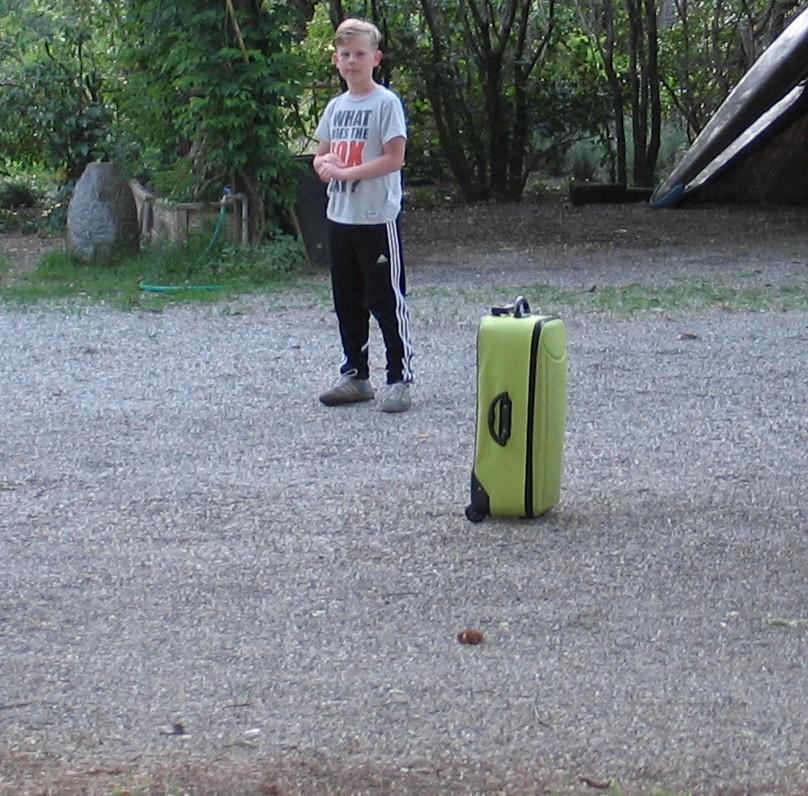 Sidste aften. Lasse har båret sin kuffert ned til den lejede bil.